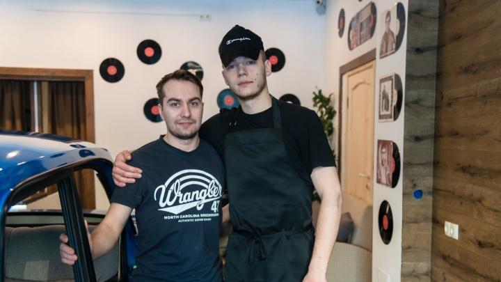 «Мы кайфуем»: как двое друзей из Архангельска уволились и открыли кафе с «Москвичом» посреди зала