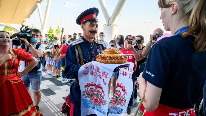 Ростов встретил мультимедалисток Олимпиады казачьими танцами и мексиканскими песнями