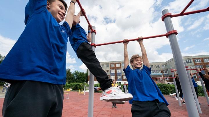 В кемеровской школе открыли современную спортплощадку. Всего отремонтируют 5 таких
