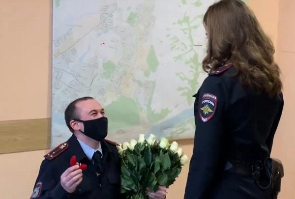 В Кемерово полицейский сделал предложение своей девушке в День влюбленных. Показываем, как это было