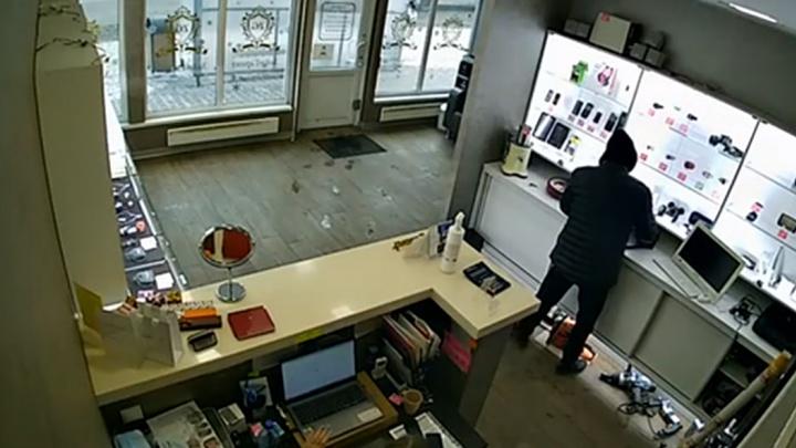 Мужчина спокойно своровал ноутбук на глазах у сотрудницы ломбарда