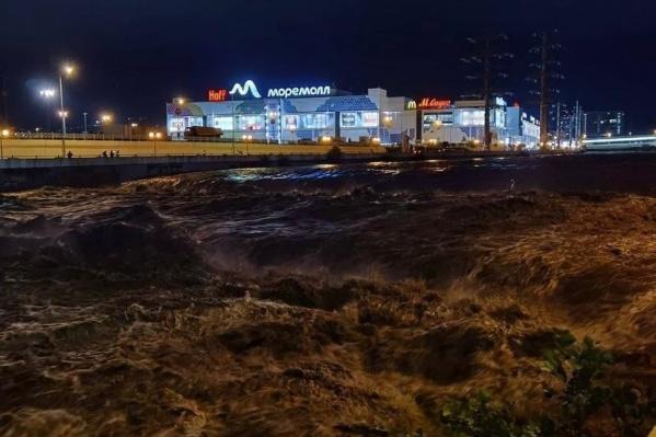 В тот вечер улицы Сочи затопило из-за сильных осадков