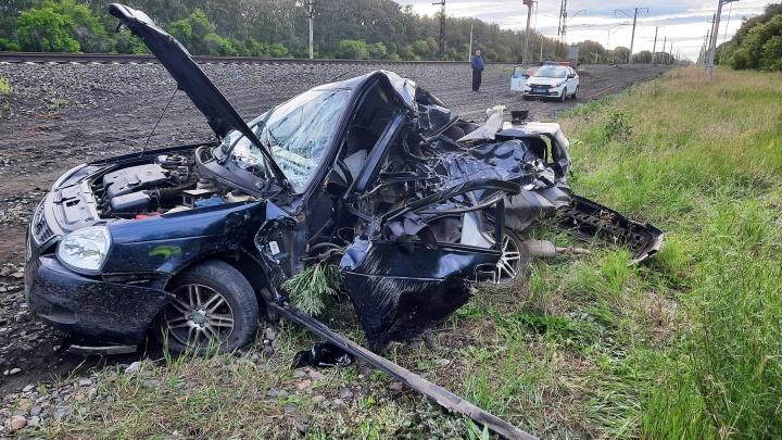 В Калачинском районе тепловоз протаранил легковушку — пьяный водитель успел выскочить из машины