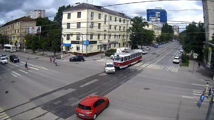 Откуда ж ты тут взялся? В Волгограде автомобиль такси протаранил трамвайный вагон — видео