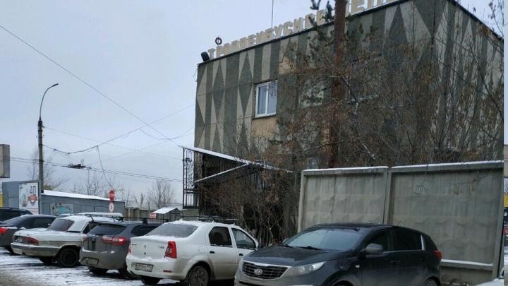 В челябинском троллейбусном депо слесаря насмерть придавило двигателем