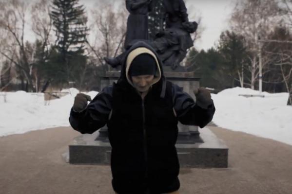 Владислав Цупак снимал клип на фоне омских памятников со вставками архивных военных видео