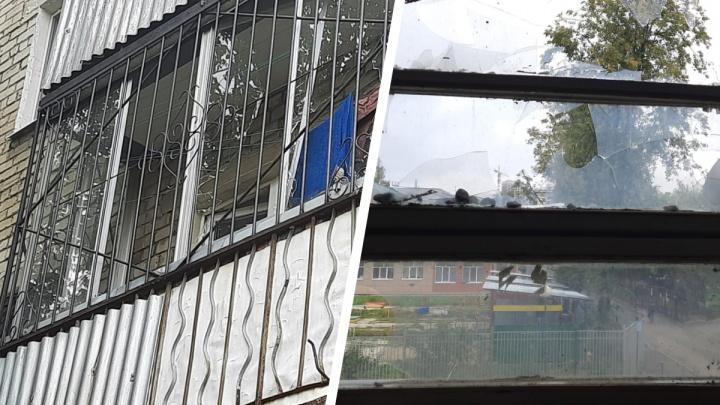 Во Втузгородке из-за опрессовок повыбивало стекла в многоэтажке