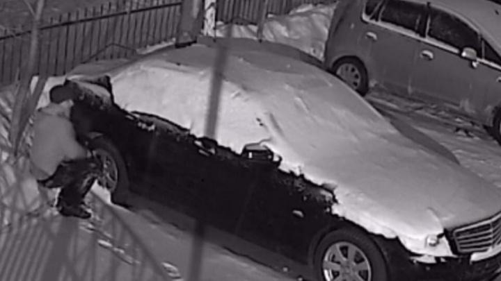 В Новосибирске ищут мужчину, который поджег «Мерседес»: видео с места преступления