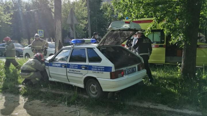 В Верхней Пышме задержанный дернул руль в машине ППС и отправил ее в дерево