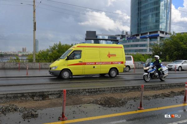 В выходные в Екатеринбурге неизвестные обстреляли машину скорой помощи