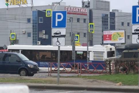 В Ярославле автобус с пассажирами провалился в яму на оживленном проспекте