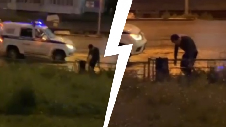 Полицейские в Екатеринбурге приковали мужчину к забору и оставили так на полчаса. Видео
