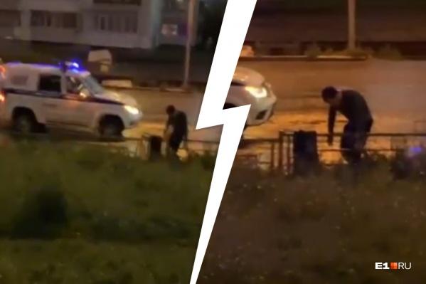 Полицейские приковали мужчину к заборчику