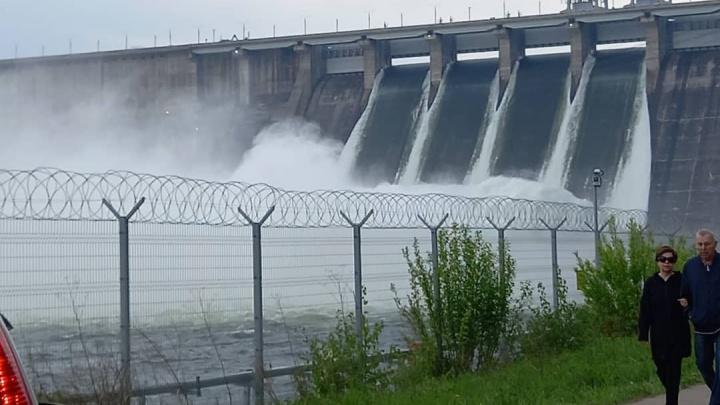 На Красноярской ГЭС открыли четвертый затвор