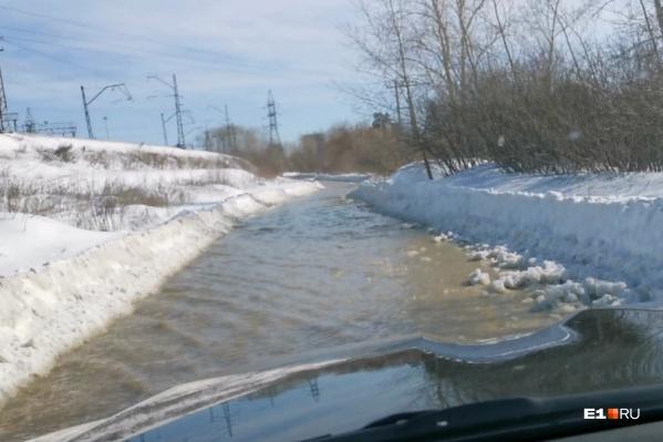 Вода затопила почти километр дороги