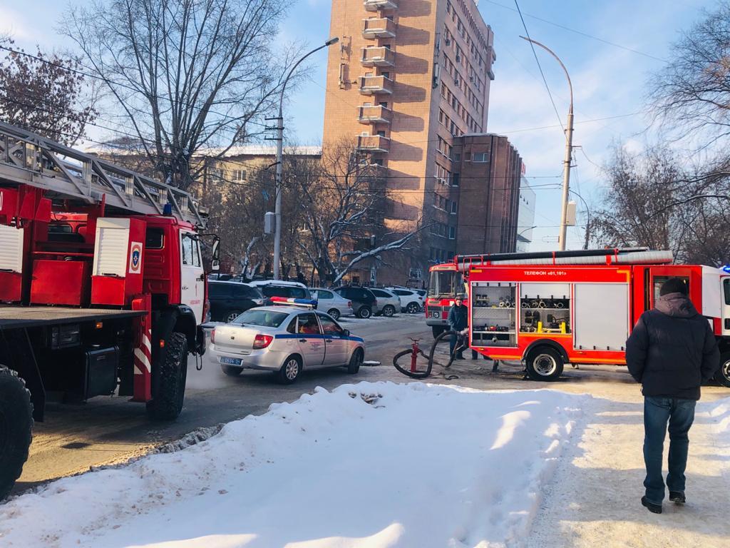 Площадка перед домом заставлена машинами полиции, МЧС и скорой помощи