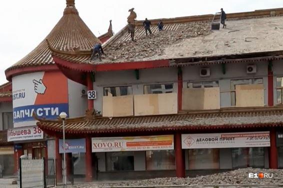 Прохожие в выходные заметили, как рабочие разбирают крышу