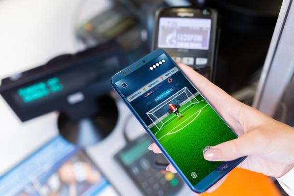 Игроку предстоит пробить серию пенальти в мобильном приложении: на это есть 5 попыток