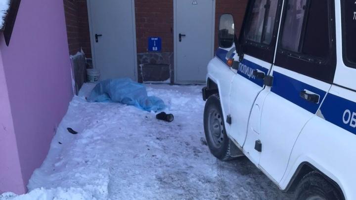 Во дворе многоэтажки на Войновке обнаружили тело женщины — она упала с высоты