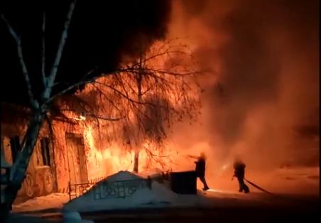 В СТО на Выборной случился пожар — загорелся ремонтный бокс с автомобилями и газовым баллоном внутри
