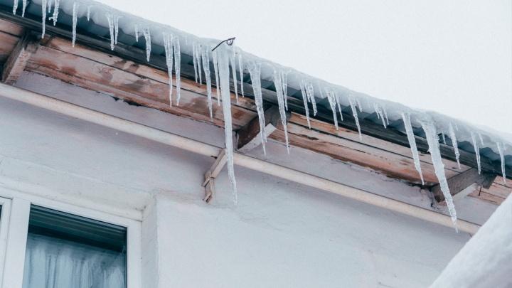 Осторожно, злые сосули! Что делать, если машину повредил лед с крыши