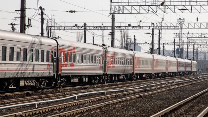 Под Волгоградом грузовой поезд протаранил брошенную на путях легковушку