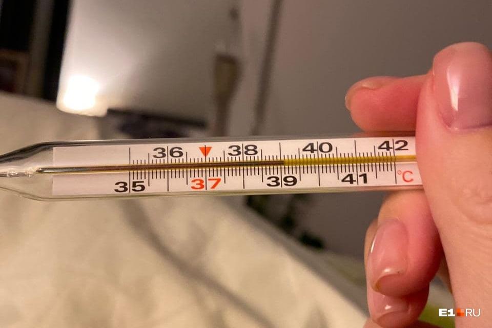 """Самой серьезной «побочкой», с которой после прививки столкнулись журналисты E1.RU, была высокая температура. О том, как перенесли вакцинацию, <a href=""""https://www.e1.ru/text/health/2020/12/23/69651746/"""" class=""""_"""" target=""""_blank"""">мы рассказывали здесь</a>"""