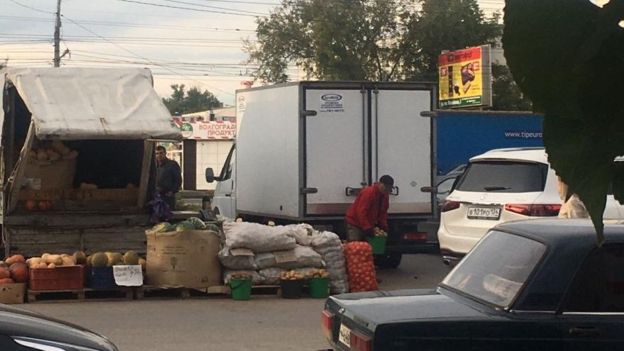 В Волгограде районную администрацию просят объяснить торговлю с «Газелей» на тротуаре