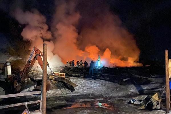 Трехэтажное здание полностью выгорело