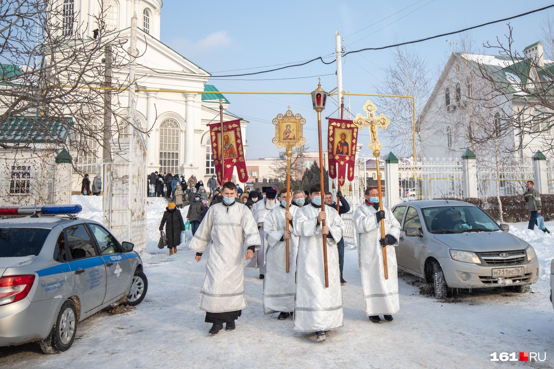 Служители церкви вышли освящать воду