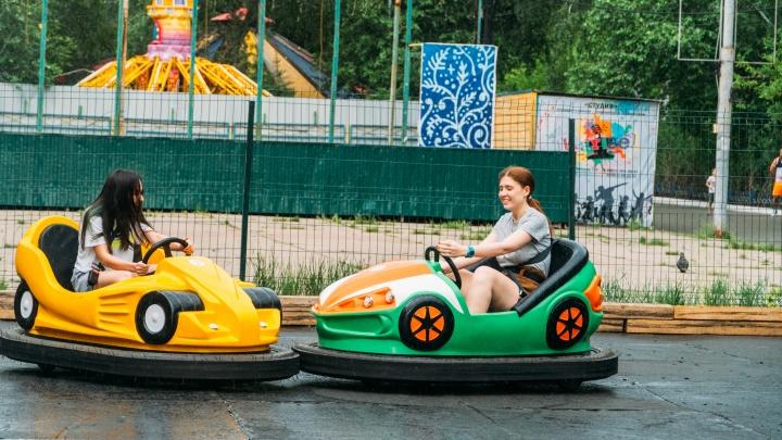 Экскаваторщик или гонщик? Тестируем новые детские аттракционы в парке 30-летия ВЛКСМ