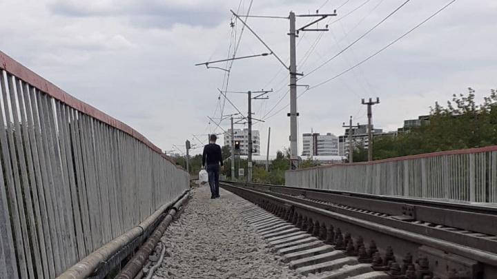 На станции Ботанической, где парня сбил поезд, люди привыкли ходить в сантиметрах от рельсов