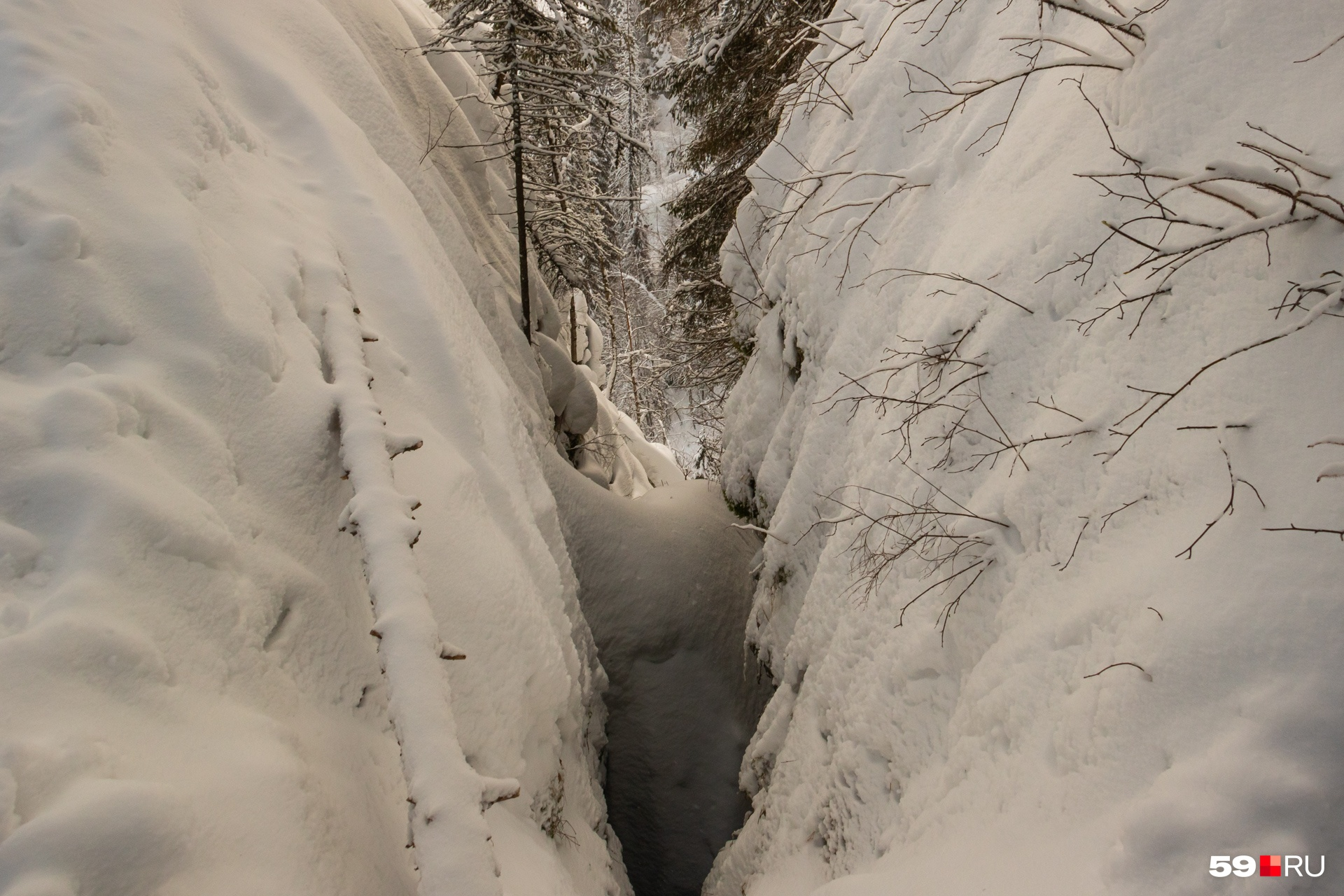 Одна из расщелин на вершине скалы