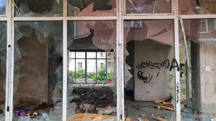«Недобитые стекла висят»: ярославцы попросили избавить Пятерку от опасной заброшки