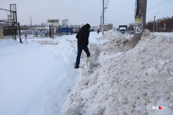 Дороги в Самаре еще более или менее убирают, а вот с тротуарами местами совсем беда
