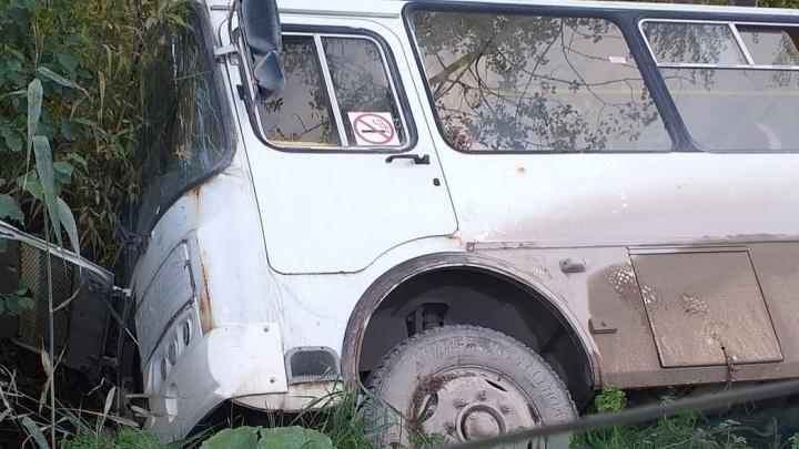 Автобус с пассажирами под Архангельском съехал в кювет