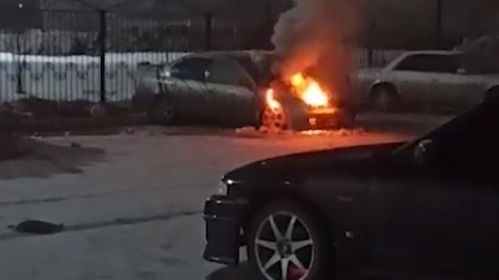 Ночью в Ленинском районе сгорел автомобиль— пожар попал на видео