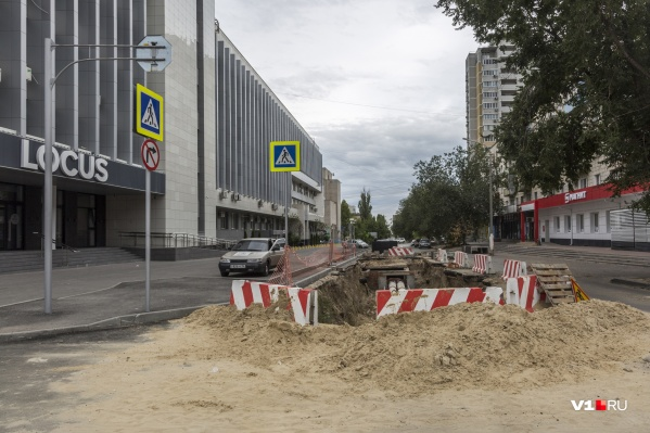Улицу перекопали в который раз за последние два года