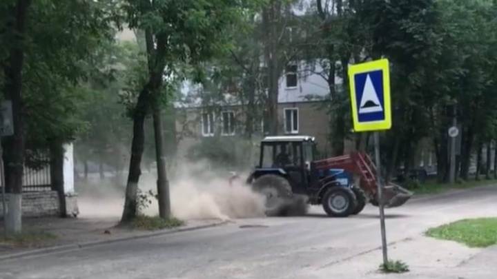 «Позорище!»: в Ярославле трактор устроил пылевую бурю вместо уборки