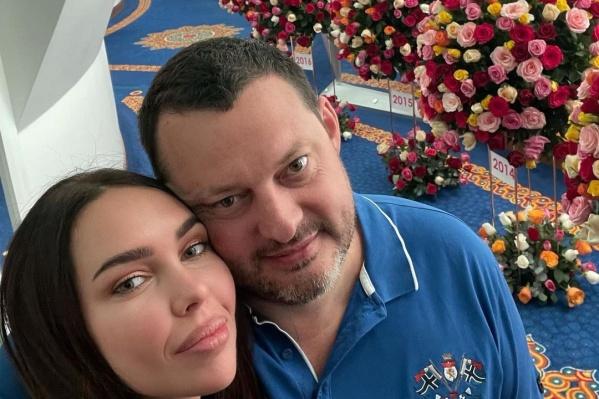Алексей Шаповалов не часто выкладывает свои фото в Instagram. Но ради годовщины жизни с супругой сделал исключение