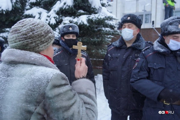 Эта пожилая поклонница Навального по-своему вела переговоры с силовиками