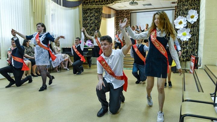 Самый тихий последний звонок: как учатся дети в школе для глухих в Екатеринбурге