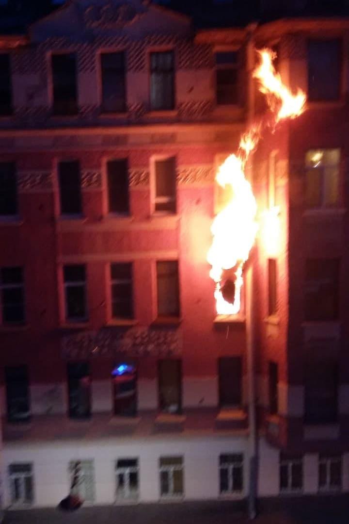 В Петроградском районе в Петербурге горела коммуналка. Одного человека увезли в больницу, одного врачи не откачали
