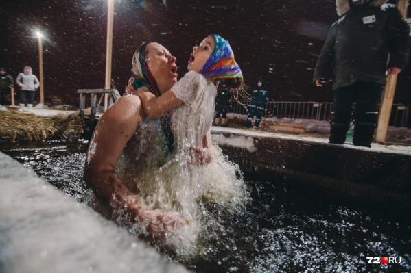 Для многих тюменцев окунание в купель стало семейной традицией. Мужья приходят вместе с женами, а родители окунаются в ледяную воду с детьми на руках