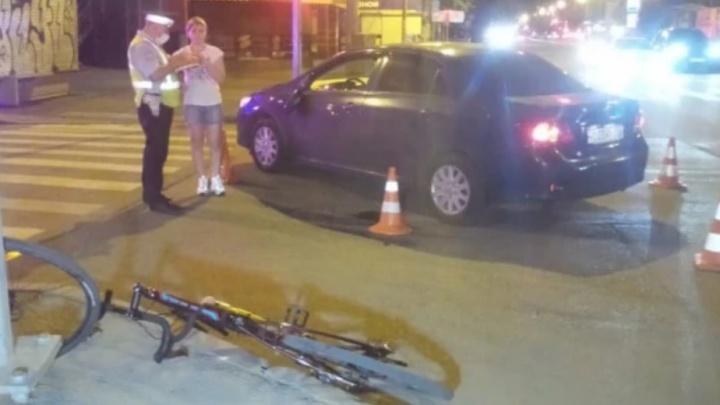 Авария на Малышева, где велосипедисту оторвало ухо, попала на видео