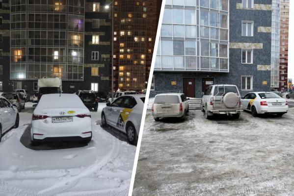 Во дворе жилого дома стоят брендированные автомобили«Яндекс.Такси»