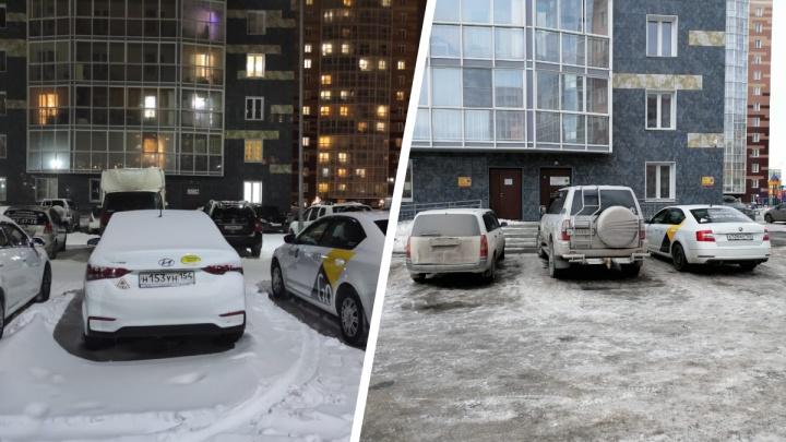 В Ленинском районе жители нового ЖК развернули войну против таксопарка на первом этаже— им мешают чужие машины