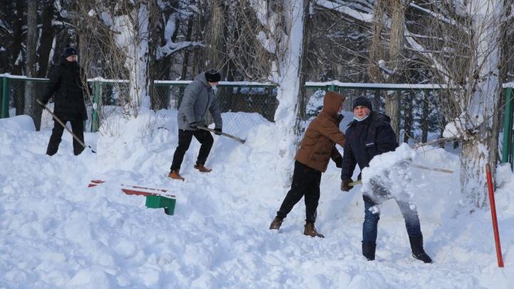 «Катушка» засверкала: команда газовцев очистила от снега каток в Автозаводском парке
