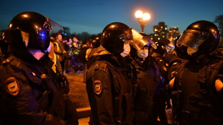 Водомет в центре города и «космонавты» у «Космоса»: главные кадры с протестных хождений по Екатеринбургу