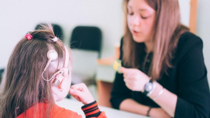 Первый звук: как омские дети с глухотой начинают слышать и говорить